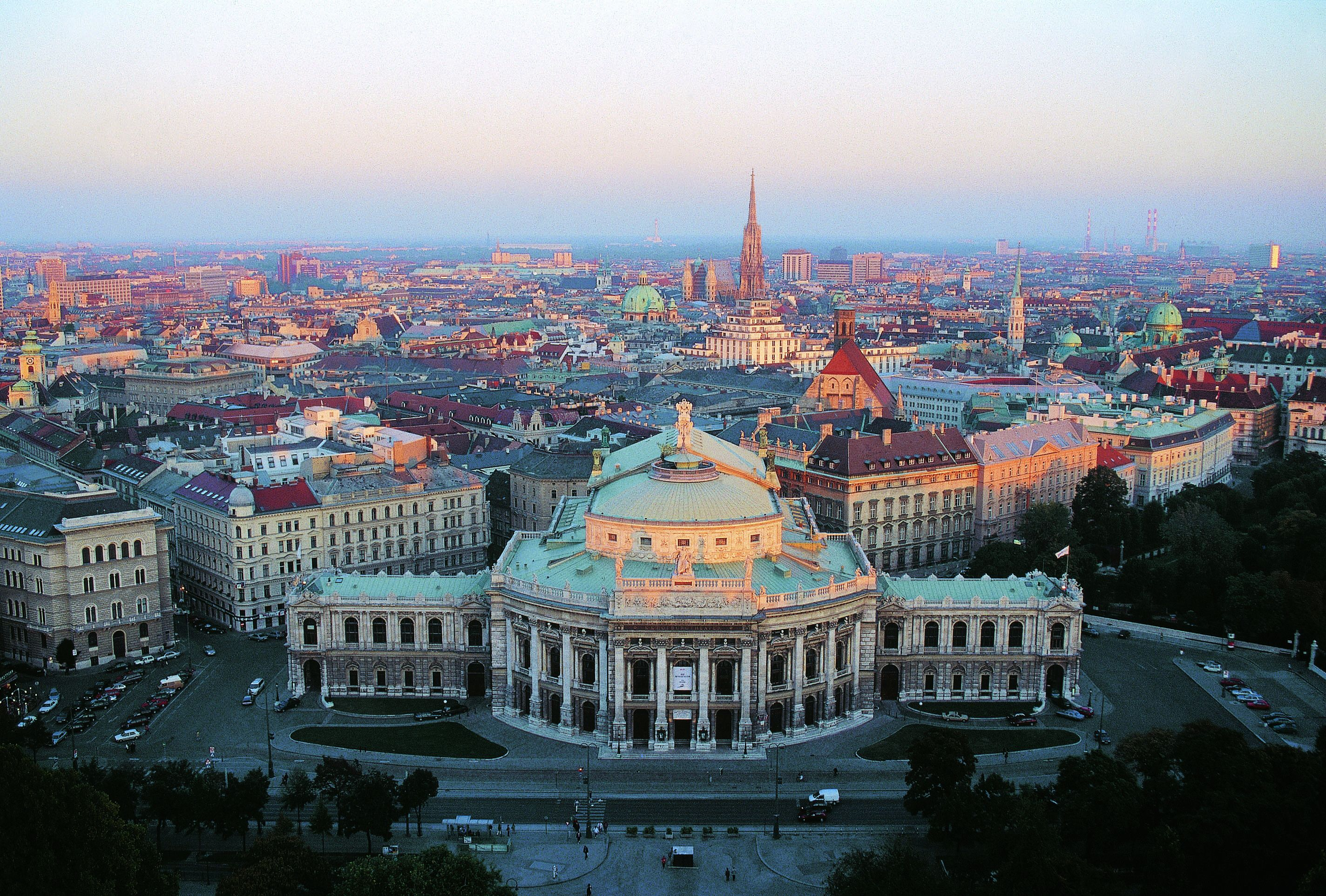 Full day trip to Vienna with lunch by private car